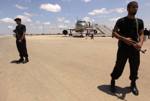 Des soldats des forces rebelles libyennes gardent l'aéroport de Benghazi, le 29 juin 2011 AFP Patrick Baz