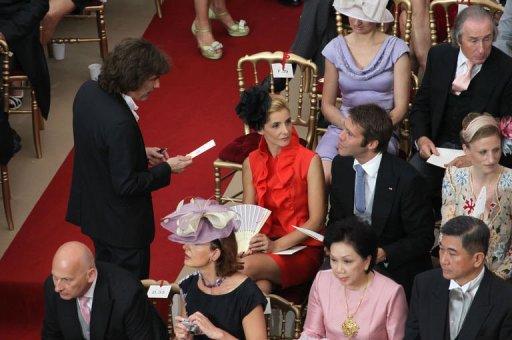 Le musicien Jean-Michel Jarre (g) s'entretient avec le prince de Savoie et son épouse Clotilde Courau à l'intérieur du palais de Monaco AFP Valery Hache