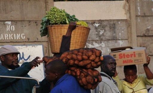 Des vendeurs sur un marché de la ville d'Harare le 14 avril 2010 AFP/Archives Alexander Joe