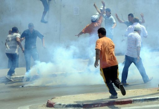 Heurts entre manifestants et forces de police, le 15 juillet 2011 à Tunis AFP/Archives Khalil
