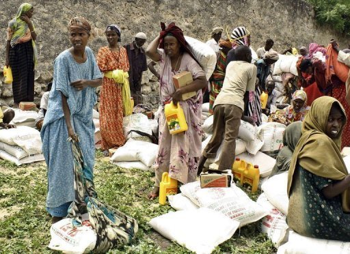 Des Somaliens déplacés recoivent de l'aide alimentaire à Mogadiscio, le 21 juillet 2011 AFP Mustafa Abdi