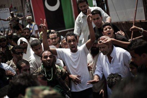 Des Libyens crient des slogans au cours des funérailles de rebelles à Benghazi le 22 juillet 2011 AFP Gianluigi Guercia