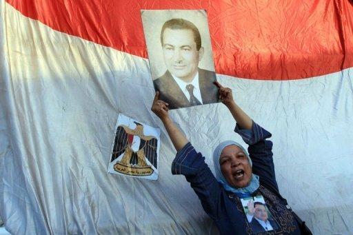 Une Egyptienne partisane du p)résident Déchu Moubarak brandit une photo dre cde dernier à l'entrée du bâtiment où il comparait, le 3 aoput 2011 au Caire AFP Khaled Desouki