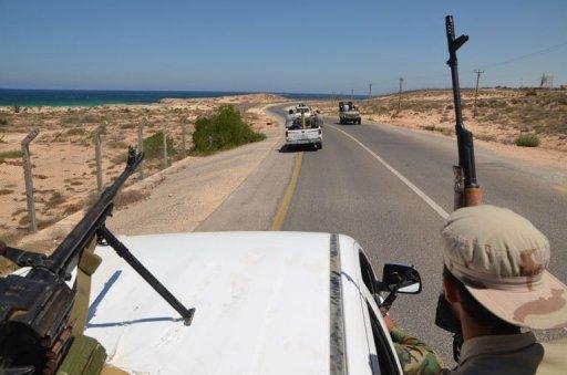 Des combattants libyens patrouillent sur la route menant à Zuwara, à l'ouest de la Libye, le 18 août 2011 AFP Florent Marcie