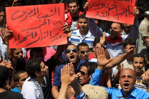 Des Eyptiens brandissent des messages