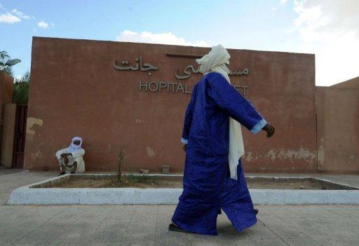 Un homme passe devant l'hopital Djanet, à Alger, le 31 août 2011 AFP/Archives Farouk Batiche