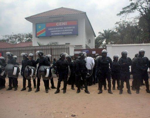 Des forces de l'ordre montent la garde devant le bureau d'inscription des candidats à la prochaine présidentielle en RDC, le 5 septembre 2011 à Kinshasa AFP Junior Kannah