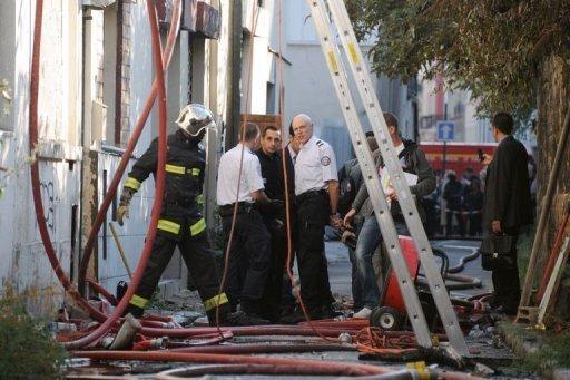 Pompiers et enquêteurs le 28 septembre 2011 devant le squat ravagé par un incendie à Pantin AFP Johanna Leguerre