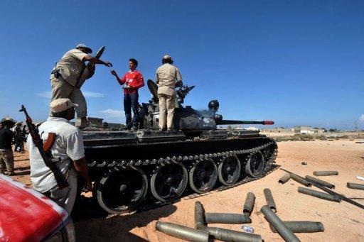 Des combattants du CNT prennent position près de la ligne de front à Syrte, le 28 septembre 2011 AFP Aris Messinis