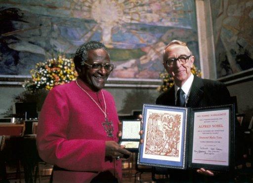 L'archevêque sud-africain Desmond Tutu reçoit le Nobel de la Paix, le 10 décembre 1984 à Oslo AFP/Archives