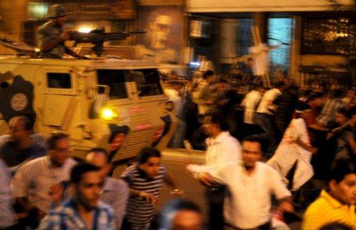 Des manifestants coptes fuient devant des chars le 9 octobre 2011 au Caire AFP Mohammed Hossam