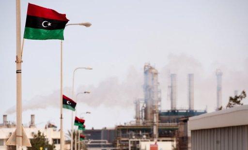 Le nouveau drapeau libyen flotte sur la raffinerie de Zawiya, dans le nord ouest de la Libye le 23 septembre 2011 AFP/Archives Leon Neal