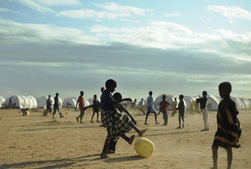 Des jeunes réfugiés somaliens jouent avec un jerrycan, au camp de Dadaab, le 31 juillet 2011 au Kenya AFP/Archives Tony Karumba
