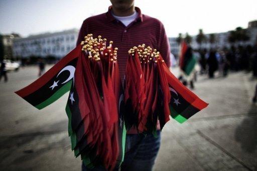 Un Libyen vend le nouveau drapeau national libyen le 23 octobre 2011 à Tripoli AFP/Archives Marco Longari