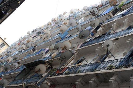 La façade d'un immeuble, recouverte d'une multitude d'antennes satellite à Alger, le 8 avril 2009 AFP/Archives Pascal Guyot