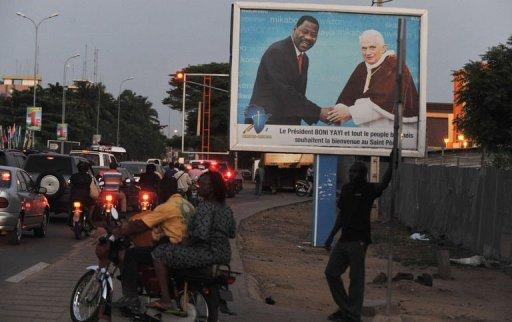 Une affiche annonçant la venue de pape Benoït XVI le 14 novembre dans une rue de Cotonou AFP Issouf Sanogo
