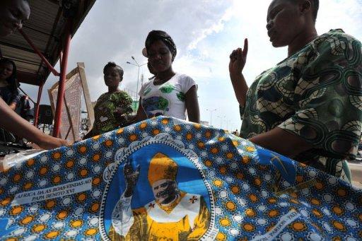 Des personnes attendent l'arrivée du pape à Cotonou le 17 novembre 2011 AFP Issouf Sanogo