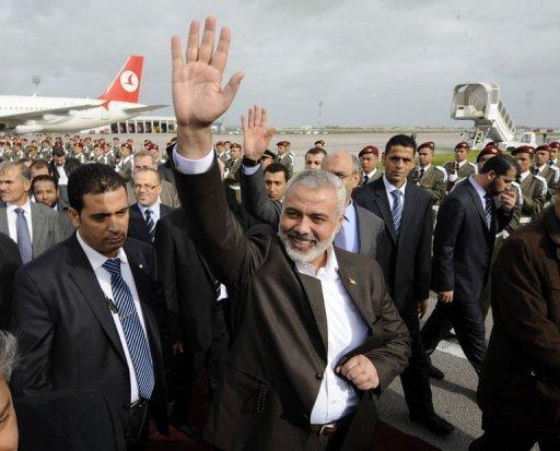 Le chef du gouvernement du mouvement islamiste palestinien Hamas, Ismaïl Haniyeh (C), en visite à Tunis le 5 janvier 2012 AFP Fethi Belaid