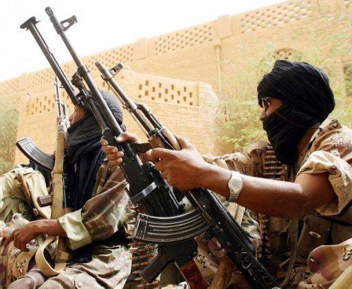 Photo datée du 23 mai 2006 de soldats maliens prenant position dans le nord-est du pays, à Kidal, après une attaque touareg AFP/Archives Kambou Sia