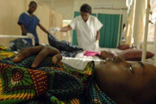 Un patient séropositif attend de recevoir des soins dans un centre de MSF à Kinshasa, en novembre 2005. AFP/Archives Lionel Healing