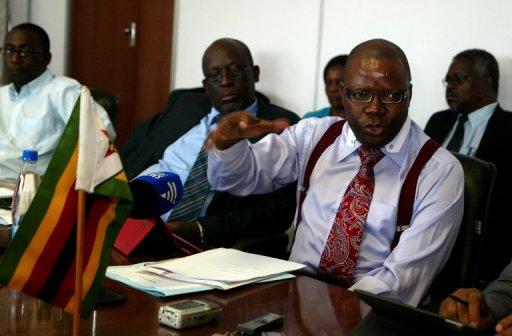 Le ministre des Finances du Zimbabwe Tendai Biti lors d'une conférence de presse le 25 janvier 2012 à Harare après l'échec des discussions avec les syndicats AFP Jekesai Njikizana