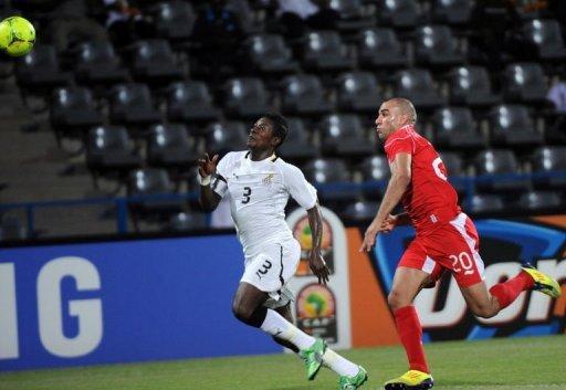 L'attaquant ghanéen Asamoah Gyan à la lutte pour le ballon avec le Tunisien Aymen Abdennour (D) lors du quart de finale de la CAN à Franceville le 5 février 2012 AFP Pius Utomi Ekpei
