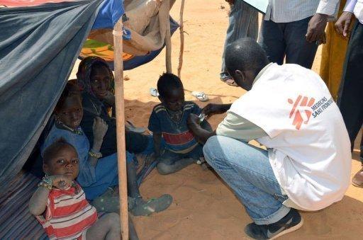 Un membre de Médecin sans frontières s'occupe d'enfants souffrant de malnutrition le 4 février 2012 au camp de réfugiés maliens de Chinégodar, au Niger. AFP Boureima Hama