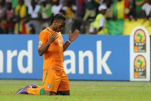 L'attaquant de la Côte d'Ivoire Didier Drogba prie après la qualification en finale de la CAN obtenue contre le Mali au Stade de l'Amitié à Libreville, le 8 février 2012 AFP Franck Fife