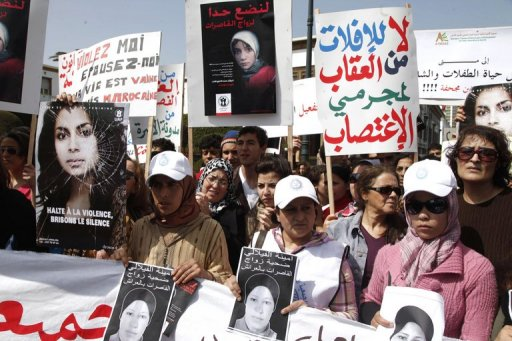 Des femmes manifestent devant le Parlement à Rabat, une semaine après le suicide d'une adolescente contrainte d'épouser son violeur, le 17 mars 2012 AFP -