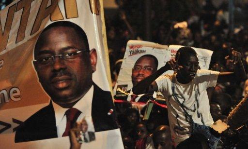 Des partisans du président élu Macky Sall célèbrent la victoire de leur candidat, le 25 mars 2012 à Dakar. AFP Issouf Sanogo