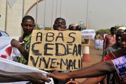 Des maliens pro-junte manifestent à l'aéroport de Bamako le 29 mars 2012 AFP Issouf Sanogo