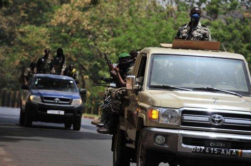 Des soldats maliens patrouillent près de la base militaire de Kati, le 1er avril 2012 AFP Issouf Sanogo
