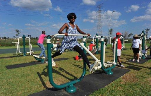 Des personnes font de l'exercice sur des appareils de musculation public, le 19 mars 2012 à Sowetos AFP Alexander Joe