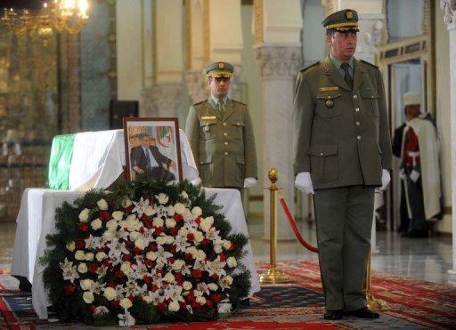Une photo de l'ancien président algérien Ben Bella devant son cercueil, le 12 avril 2012 à Alger AFP -
