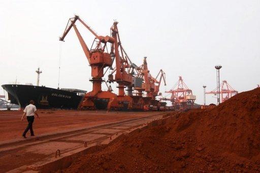 Chargement d'un bateau en terres rares, dans le port de Lianyungang, en Chine AFP/Archives