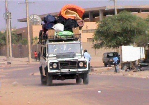 Capture d'écran d'une vidéo d'une voiture transportant des habitants fuyant Tombouctou le 3 avril 2012. France 2/AFP/Archives
