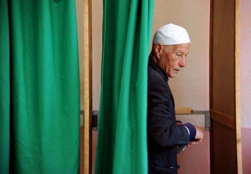 Un électeur sort de l'isoloir  le 10 mai 2012 à Alger à l'occasion des législatives en Algérie AFP Farouk Batiche