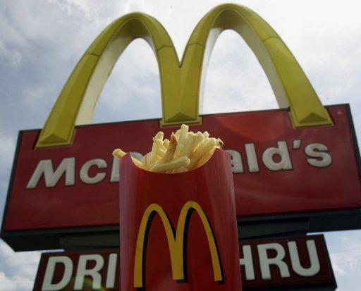 Un cornet de frites devant la devanture d'un Mc Donald's AFP/Archives Robert Sullivan