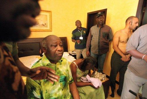L'ancien président ivoirien Laurent Gbagbo (g) avec sa femme Simone, et son fils Michel (d) après leur arrestation à Abidjan le 11 avril 2011 AFP/Archives Aristide Bodegla
