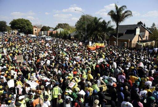 Des centaines de personnes manifestent le 29 mai 2012 devant la galerie de Johannesburg qui a exposé un portrait de l'ancien président Zuma exhibant son sexe AFP Stephane de Sakutin