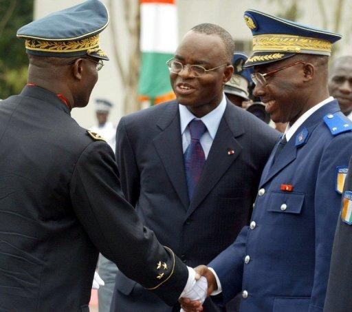 Moïse Lida Kouassi (C), ex-ministre de la Défense ivoirien, le 7 août 2002 à Abidjan AFP/Archives Issouf Sanogo