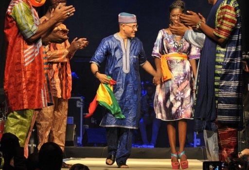 Le créateur nigérien d'origine malienne Alphadi est applaudi à la fin de son défilé le 13 juin 2012 à Dakar au Sénégal AFP/Archives Seyllou