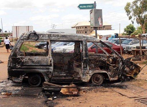 Des restes de voiture brûlée lors d'émeutes dans la ville de Kaduna, le 18 juin 2012 AFP/Archives Victor Ulasi