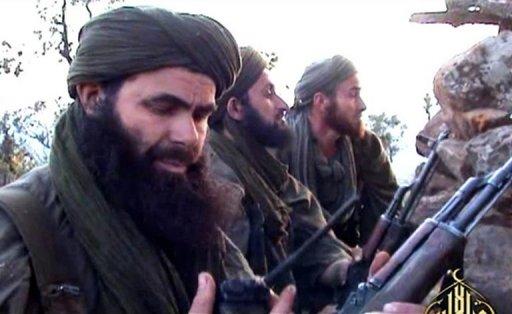 Une photo non datée, prise depuis une vidéo postée le 23 mai 2012, montre le chef d'Al-Qaïda au Maghreb (Aqmi) Abdelmalek Droukdel dans le nord du Mali Al-Andalus/AFP/Archives