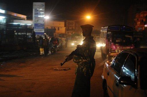 Un policier kenyan sur les lieux d'une attaque à la grenade, à Nairobi, en octobre 2011 AFP/Archives Simon Maina