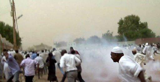 Des opposants au régime soudanais dispersés par la police à Khartoum, le 6 juillet 2012 AFP Str