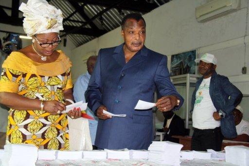 Le président congolas, Denis Sasosu Nguesso (d) vote au premier tour des législatives à Brazzaville, le 15 juillet 2012 AFP Guy-Gervais Kitina
