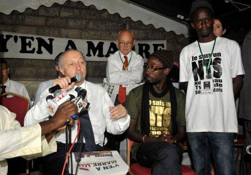 Le ministre des Affaires étrangères Laurent Fabius et des représentants du mouvement