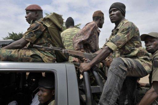 Des soldats des Forces républicaines patrouillent après l'attaque, à Bingerville le 6 août 2012 AFP Issouf Sanogo