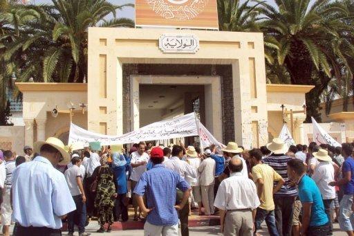 Des Tunisiens se rassemblent à Sidi Bouzid le 9 août 2012 lors d'une manifestation contre le gouvernement AFP Mokhtar Kahouli
